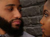Twee mensen wie gaan scheiden staat tegenover elkaar